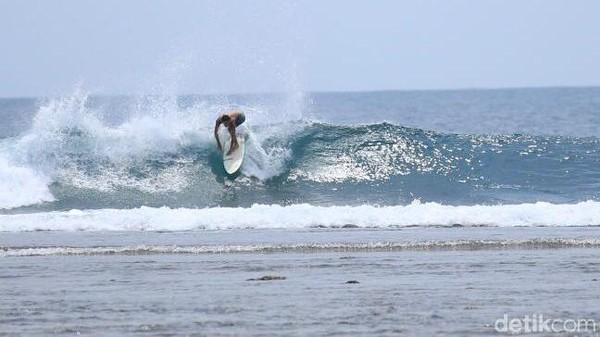 Berada di kawasan Lampung, Pantai Tanjung Setia juga tak boleh dilewatkan untuk dikunjungi para pecinta surfing. Di pantai ini, pengunjung juga dapat menikmati panorama alam yang memanjakan mata. (Mercy Raya)