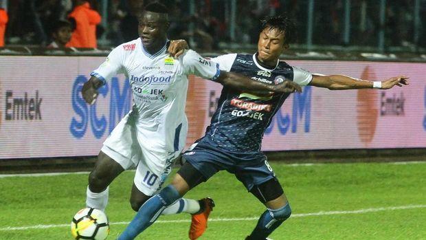 Pertandingan antara Arema FC dan Persib Bandung, Minggu (15/4), berakhir karena penonton memasuki lapangan pertandingan.