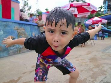 Tuh, jahil banget kan, Bun, posenya bocah bernama lengkap Ivander Haykal Firdaus ini. (Foto: Instagram/ @ichalomen02)