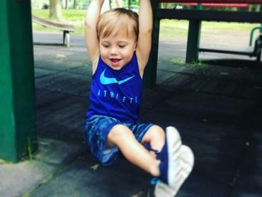 Seru banget nih, Milo bergelantungan. He-he-he. (Foto: Instagram/chasemaggiore)