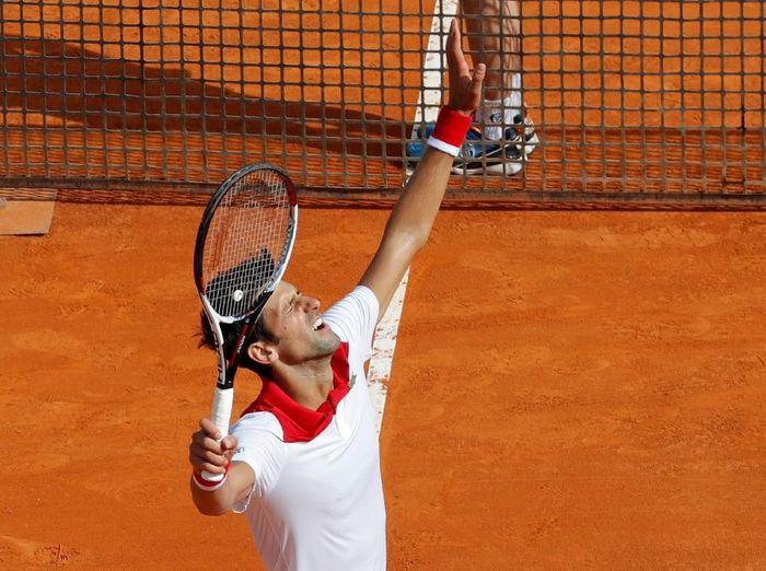 Novak Djokovic lolos ke babak kedua usai hanya kehilangan satu gim. (Foto: Eric Gaillard/Reuters)