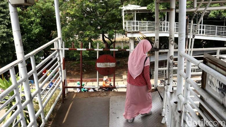 Ditabrak Truk Sejak 2017, JPO Jembatan Gantung Belum Diperbaiki