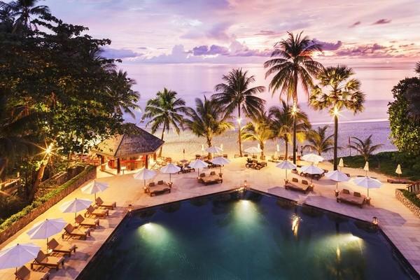 Dikelilingi oleh pepohonan kelapa di pantai Pansea yang merupakan pantai pasir putih, The Surin Phuket di Phuket, Thailand menawarkan penginapan tepi pantai yang cantik. Tempat ini sangat cocok untuk menikmati liburan tropis. (Booking.com)