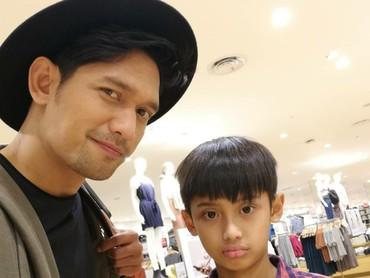 Ayahnya pose muka senyum, anaknya pasang pose muka cool. Sama-sama ganteng ya? (Foto: Instagram/ @ibnujamilo)