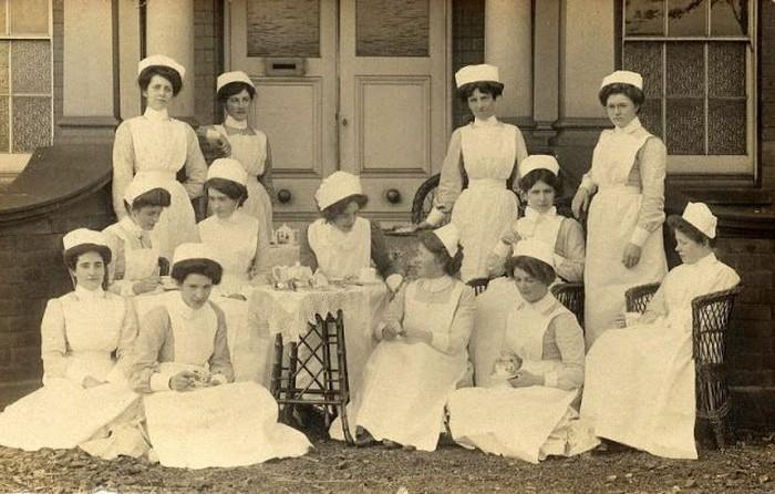 Perawat merupakan salah satu profesi dalam dunia medis yang punya peranan penting. Foto: vintag.es