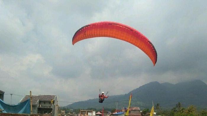 Olahraga Paralayang di Garut (Foto: Hakim Ghani)