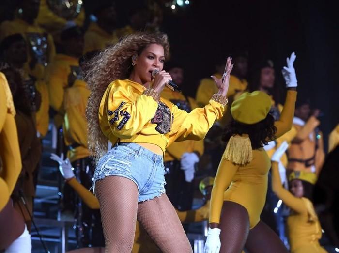Beyonce saat tampil di Coachella 2018. Kabarnya, sang diva diundang tampil di pernikahan Isha Ambani, putri orang terkaya di Asia. (Foto: Getty Images)