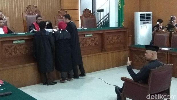 Duduk di Kursi Pesakitan Ahmad Dhani Pose Victory