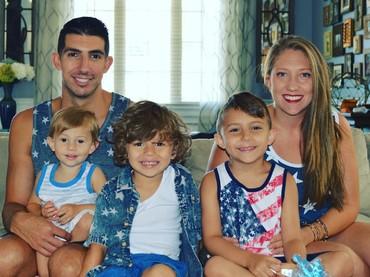 Chase dan Milo ketika kumpul keluarga, senyum semua! (Foto: Instagram/chasemaggiore)