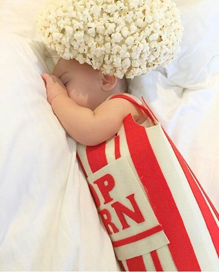 Wah, lucu banget! Bayi yang sedang tertidur pulas ini dipasangkan pakaian bentuk popcorn. Yang bikin gemas adalah topi bulat besar yang ditempel banyak popcorn. Foto: Instagram @food.costume