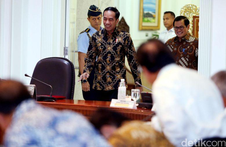 Presiden Jokowi saat memimpin rapat terbatas mengevaluasi proyek strategis nasional (PSN) di Kantor Presiden, Jakarta, Senin (16/04/2018).