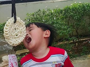 Kira-kira Ichal menang nggak ya di lomba makan kerupuk ini? (Foto: Instagram/ @ichalomen02)