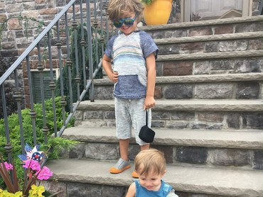 Kakak-adik ini punya tingkah yang menggemaskan. (Foto: Instagram/chasemaggiore)
