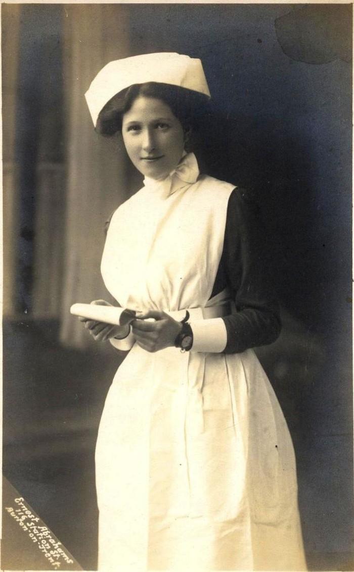 Di era tersebut, seragam perawat dengan era sekarang tak jauh berbeda, lengkap dengan nurse hat atau topi perawat. Foto: vintag.es