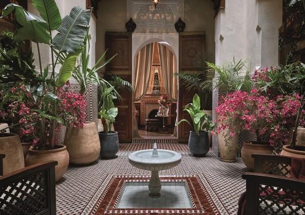 Memiliki dekorasi mewah yang merupakan bagian dari tradisi seni Maroko bisa kamu nikmati di Royal Mansour Marrakech, di Marrakech, Maroko. Warna putih dengan ukiran yang khas, menjadi penginapan ini memiliki spot foto yang keren. (Booking.com)
