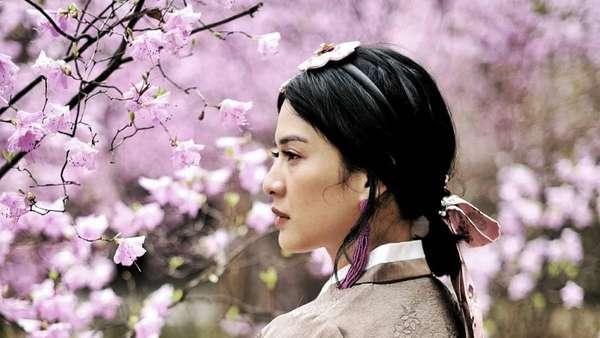 Dian Sastro hingga Isyana Sarasvati Cantik Banget Pakai Hanbok