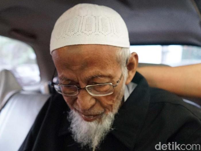 Ustaz Abu Bakar Baasyir kembali menjalani cek kesehatan di RSCM, Jakarta Pusat. Ia meninggalkan RSCM setelah hampir 5 jam.