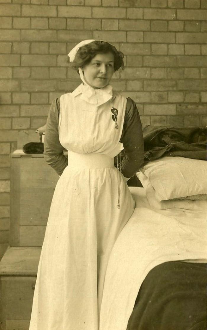 Tapi jangan salah, perawat zaman dulu pun tak kalah cantik lho. Foto: vintag.es
