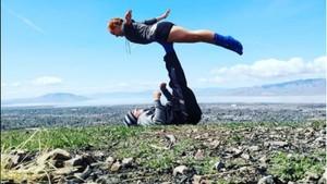 Keren! Pasangan Ini Hobi Yoga dengan Pose Menantang di Alam Terbuka