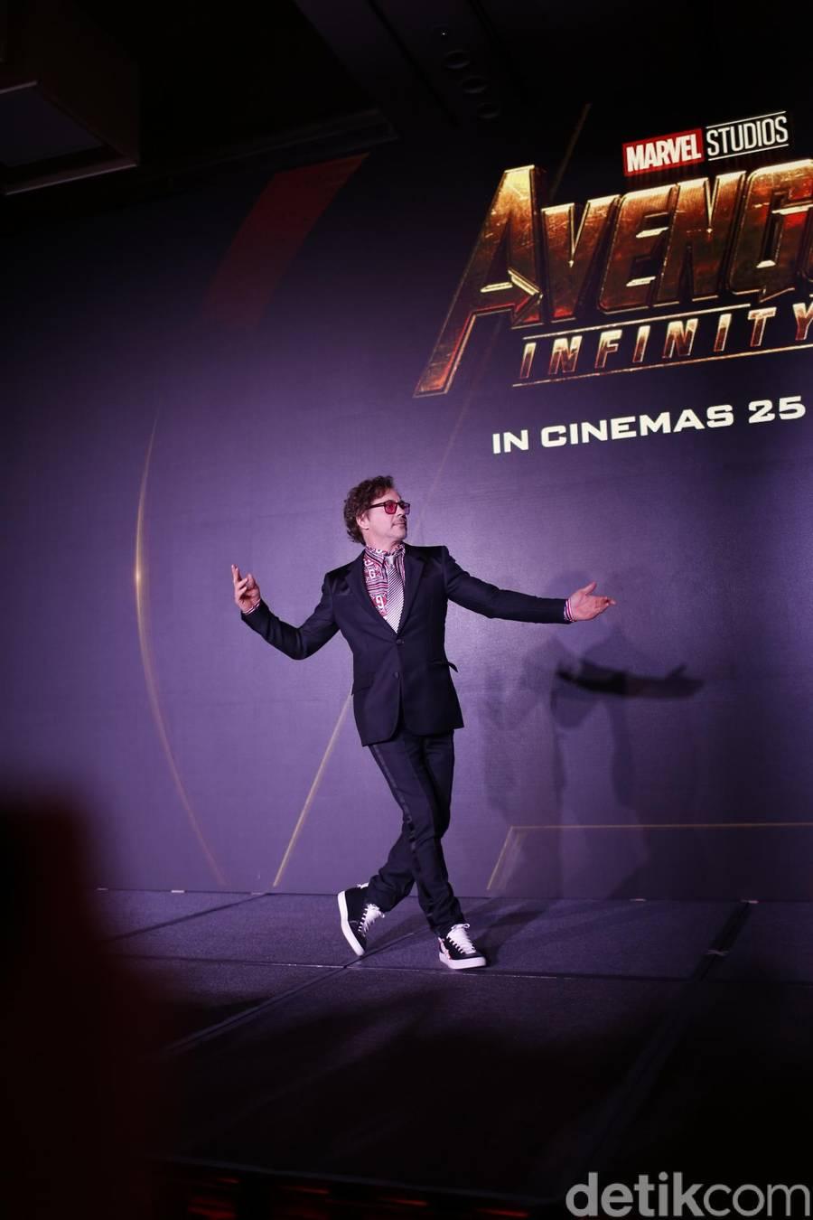Aksi Konyol Robert Downey Saat Jumpa Pers Avengers