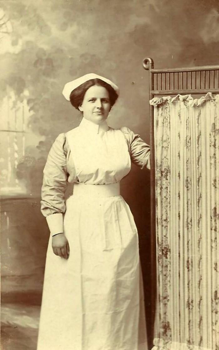 Dalam kesehariannya, mereka merawat pasien yang sakit dan rela mengorbankan waktu, tenaga hingga pikiran. Foto: vintag.es