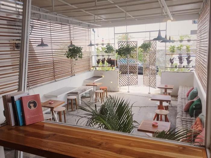 Disebut Rumah Yata, kafe kekinian ini berlokasi di Jalan Johar Nurhadi, Kotabaru, Gondokusuman, Yogykarta. Meskipun sederhana, rumah yang disulap jadi kafe ini terlihat kekinian. Foto: Instagram @yata.indonesia