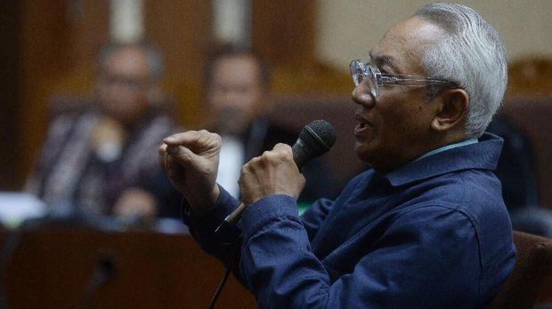 Direktur Rumah Sakit Medika Permata Hijau Hafil Budianto Abdulgani, di Pengadilan Tipikor, Jakarta, Senin (16/4).