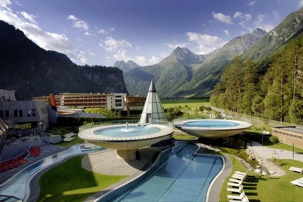 Aqua Dome Hotel di Langenfeld, Austria menawarkan pemandangan Otztal Alps yang cantik. Arsitektur hotel yang menyatu dengan alam menjadikan penginapan ini sangat instagramble. (Booking.com)