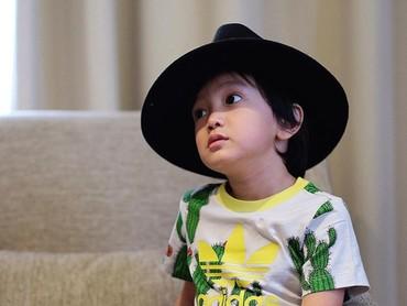 Balik ke lagu ciptaan Saga, judulnya adalah Telur Dadar. Liriknya sederhana sehingga mudah dihapal anak-anak. Cocok bagi anak-anak seumuran Saga yang merindukan lahirnya lagu-lagu anak. Video klipnya juga lucu lho, ekspresif banget wajah Saga. (Foto: Instagram @sagaomarnagata)