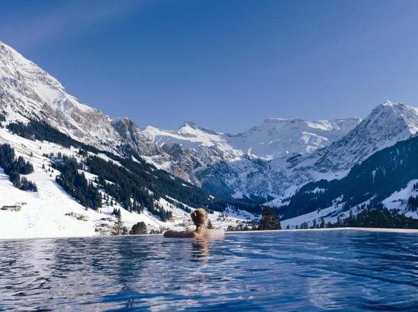 Siapa sih yang nggak mau berfoto di kolam renang dengan latar pegunungan? Kamu bisa dapatkan di The Cambrian, Adelboden, Swiss. Hotel ini memiliki kolam air panas yang langsung menghadap Swiss Alpn. (Booking.com)