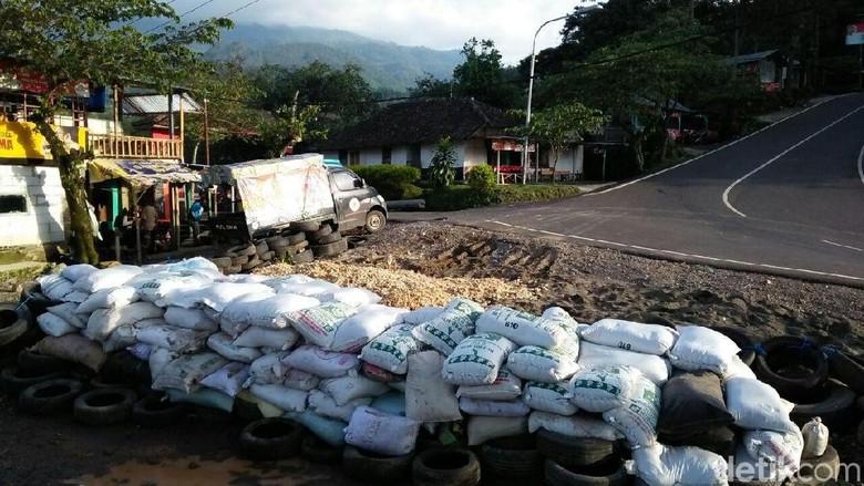 Benteng penyelamat motor-motor yang mengalami rem blong di jalur wisata Cangar-Pacet terkenal ekstrem. Foto: Enggran Eko Budianto