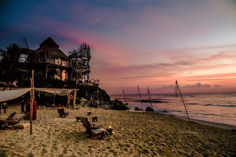 Adult Eco Resort and Maya Spa merupakan akomodasi di tepi pantai Kairibia, Tulum, Meksiko. Penginapan ini menawarkan pengalaman berbaur dengan alam. Berada di area terpencil dan alam yang indah, hingga kamu tidak perlu mencari angle cantik untuk berfoto di sini. (Booking.com)