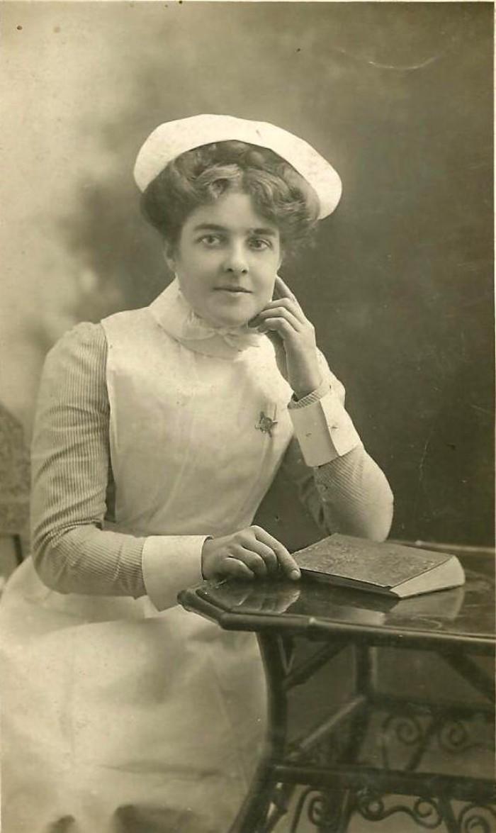 Selain dokter, profesi perawat pun dianggap sebagai pahlawan di masyarakat. Foto: vintag.es