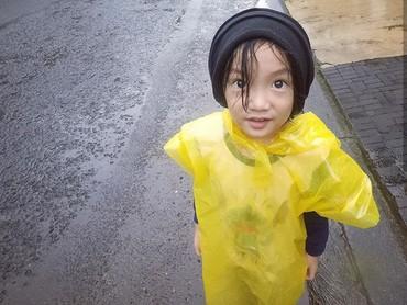 Lucunya Saga pakai jas hujan kuning. Aih, makin imut deh Saga. (Foto: Instagram @sagaomarnagata)