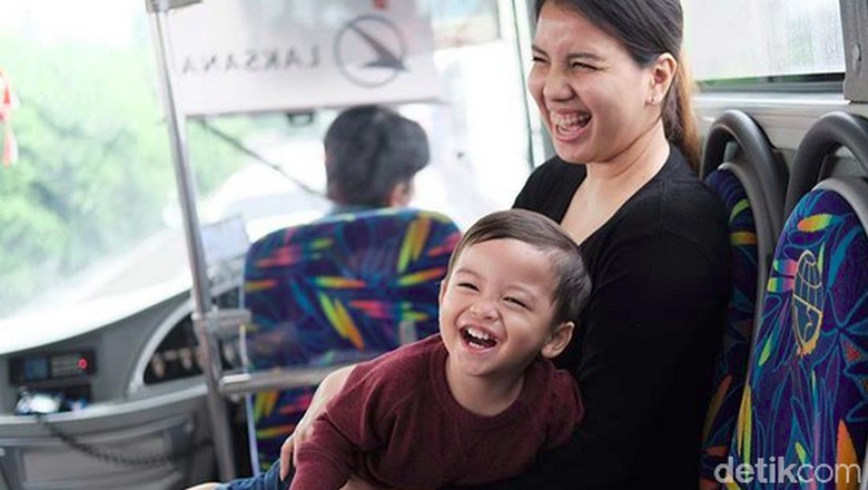 Bagi Anak, Bahagia Itu Sesederhana Diajak Naik Angkutan Umum/ Foto: Instagram