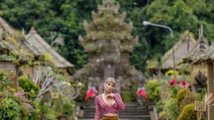 Sara Underwood di Desa Penglipuran, Bali