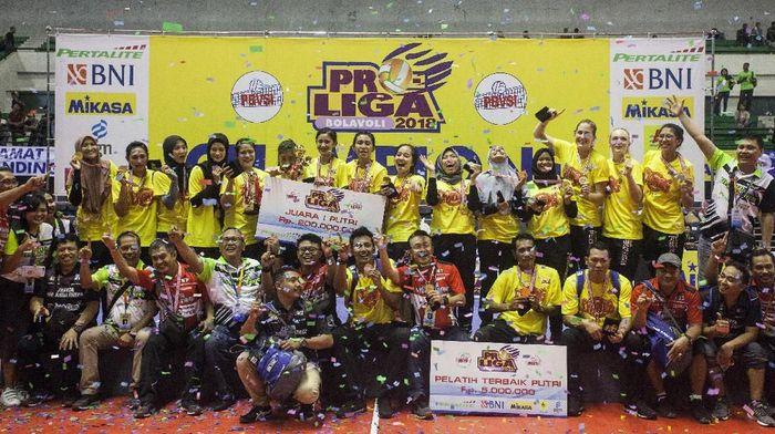 Tim putri Jakarta Pertamina Energi menjadi juara setelah mengalahkan Bandung Bank BJB Pakuan (Foto: Andreas Fitri Atmoko/Antara Foto)