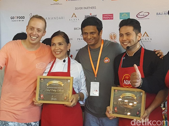 Foto: Chef Billy dan Chef Petty Elliot menerima plakat penghargaan dari ABC Kraft Heinz.(detikfood)