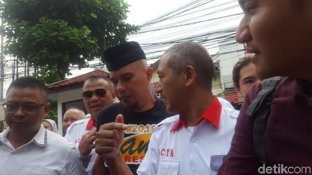 Dhani Hadiri Sidang Perdana Pakai Kaus #2019GantiPresiden