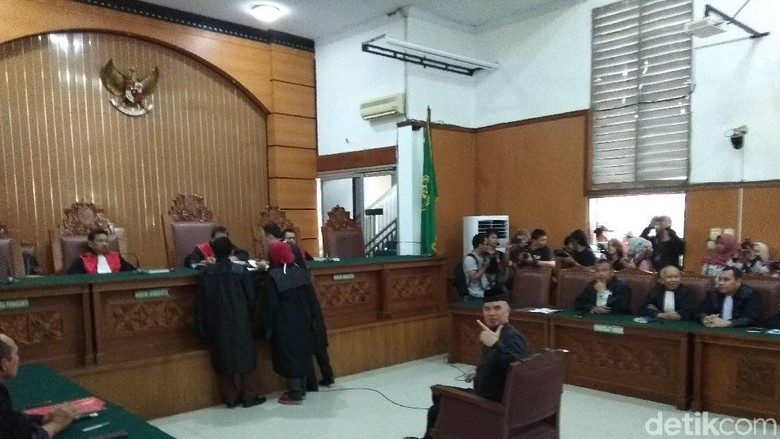 Duduk di Kursi Pesakitan, Ahmad Dhani Pose Victory