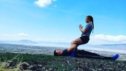 Olahraga bareng pasangan memang lebih menyenangkan, apalagi kalau dilakukan di alam terbuka kayak pasangan asal Utah ini. Bugar dapat, romantis juga dapat nih.