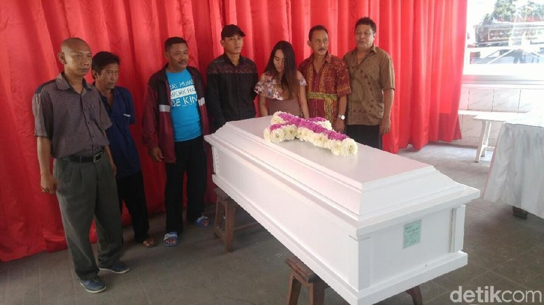 Tangis Sang Kekasih Saat Jenazah Andrey Dikremasi di Semarang