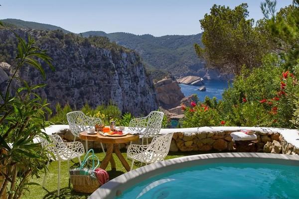 Ingin mengabadikan momen berada di pegunungan dengan pemandangan laut yang cantik? Itulah yang ditawarkan Hacienda Na Xamena yang berada di Na Xamena, Spanyol. Perpaduan biru langit dan laut berbalut hijaunya pegunungan, mencitkan keharmonisan foto yang menakjubkan! (Booking.com)