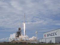 Boeing Ejek Roket Terkuat Milik Elon Musk