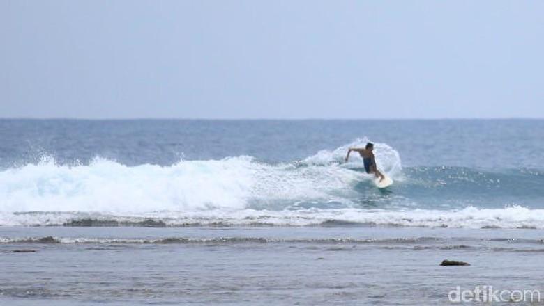Wisatawan surfing di Pantai Tanjung Setia (Mercy/detikTravel)
