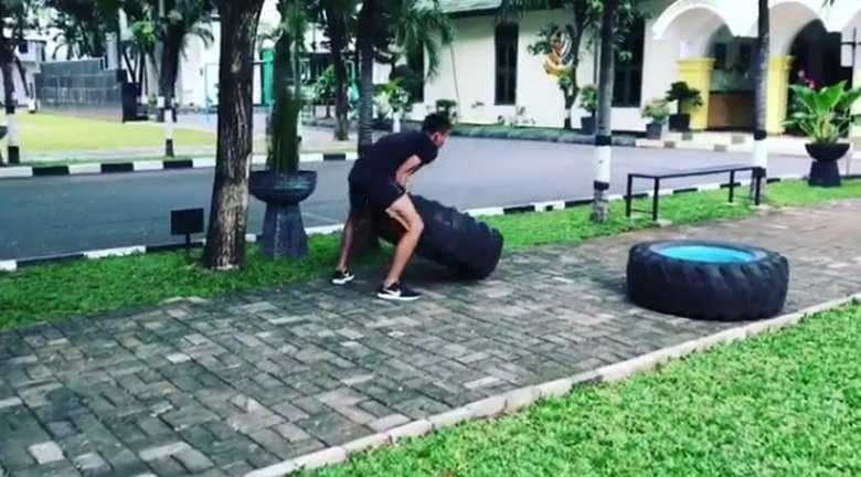 Lihat deh, latihannya angkat-angkat ban juga seperti Raisa. Foto: Instagram/suhartono323