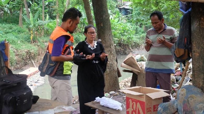 Mayat Bayi Ditemukan di Tumpukan Sampah Kali Item Kramat Jati