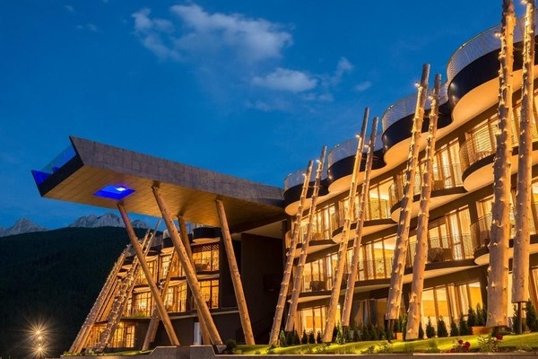 Teras rooftop yang besar menjadi hal yang menarik untuk pemburu foto bila menginap di Hotel Hubertus, Valdaora, Italia. Hotel ini memiliki infinity pool terbuka dengan pemandangan Dolomites dan Pegunungan Vedrette di Ries. Jangan lewatkan berfoto di sini! (Booking.com)