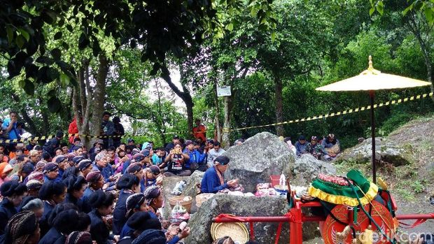 Prosesi Labuhan Ageng di Sri Manganti Gunung Merapi