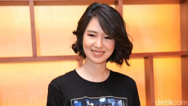 Senyum Laura Basuki Makin Manis Aja!